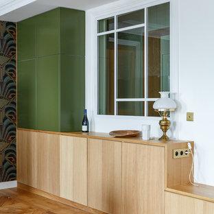 Idee per una sala da pranzo aperta verso la cucina minimalista di medie dimensioni con pareti verdi, pavimento in legno massello medio, nessun camino e pavimento marrone