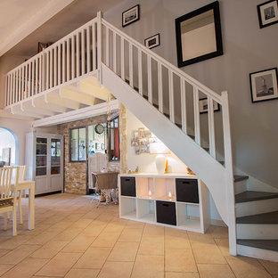 Aménagement d'une salle à manger ouverte sur le salon classique de taille moyenne avec un mur multicolore et un sol en carrelage de céramique.