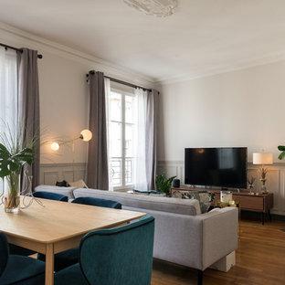 Idées déco pour une salle à manger ouverte sur le salon classique avec un mur beige, un sol en bois brun et un sol marron.