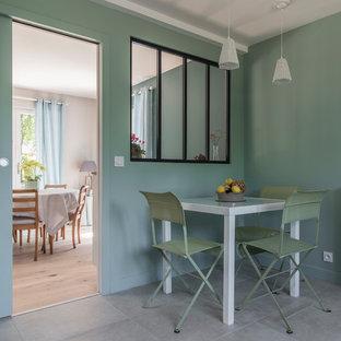 Aménagement d'une salle à manger contemporaine avec un sol beige.