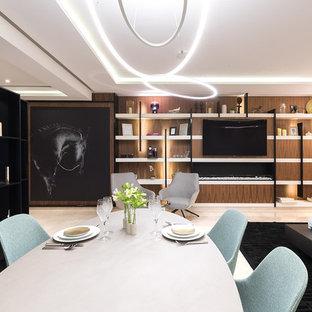 Modelo de comedor clásico renovado, grande, abierto, con paredes marrones, suelo de mármol, chimeneas suspendidas, marco de chimenea de madera y suelo beige