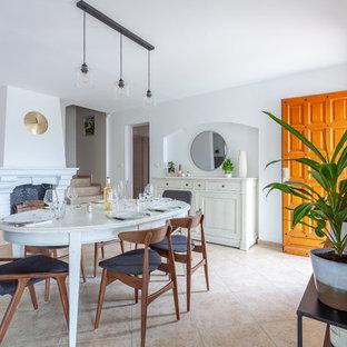 Cette image montre une salle à manger traditionnelle fermée avec un mur blanc, une cheminée standard et un sol beige.