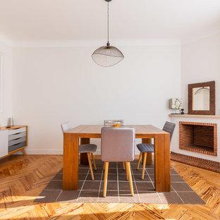Idées déco pour une salle à manger scandinave avec une cheminée d'angle, un mur blanc, un sol en bois brun et un sol marron.