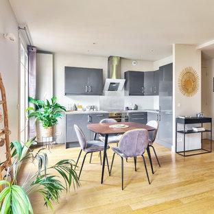 Aménagement d'une salle à manger ouverte sur le salon contemporaine de taille moyenne avec un sol en bois clair, un sol beige, un mur blanc et aucune cheminée.