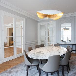 Стильный дизайн: большая отдельная столовая в стиле современная классика с серыми стенами и паркетным полом среднего тона без камина - последний тренд