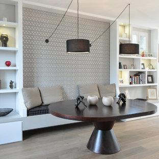 Создайте стильный интерьер: гостиная-столовая среднего размера в современном стиле с серебряными стенами и светлым паркетным полом без камина - последний тренд