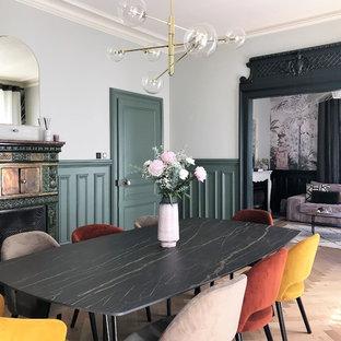 Exemple d'une salle à manger victorienne avec un mur vert et un sol en bois clair.
