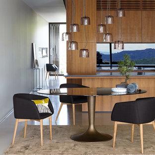 Exemple d'une salle à manger ouverte sur le salon tendance de taille moyenne avec un mur blanc et aucune cheminée.