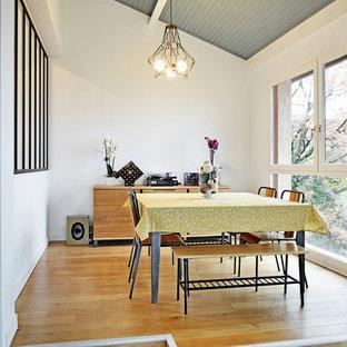 Cette photo montre une salle à manger scandinave de taille moyenne avec un mur blanc, un sol en bois brun et un sol marron.