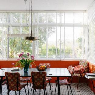 Пример оригинального дизайна: гостиная-столовая среднего размера в стиле фьюжн с оранжевыми стенами, полом из терракотовой плитки и синим полом