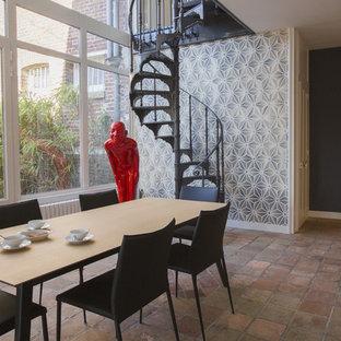 Inspiration pour une salle à manger design de taille moyenne avec un mur multicolore, aucune cheminée et un sol en carreau de terre cuite.