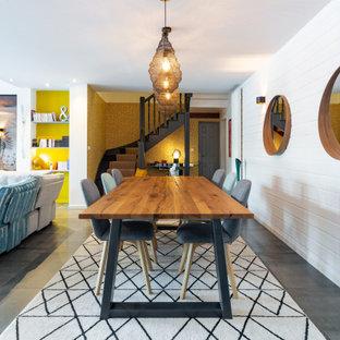 Idées déco pour une salle à manger ouverte sur le salon bord de mer de taille moyenne avec un mur blanc, un sol en carrelage de céramique, aucune cheminée, un sol gris et du lambris de bois.