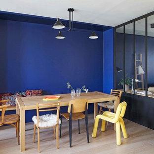 Diseño de comedor ecléctico, de tamaño medio, sin chimenea, con paredes azules y suelo de madera clara