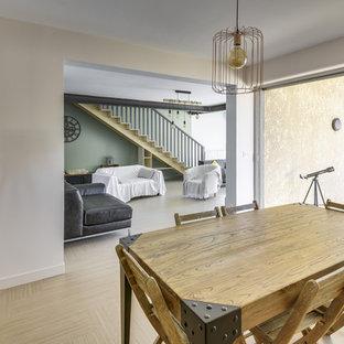 Immagine di una sala da pranzo aperta verso la cucina industriale di medie dimensioni con pareti rosa e pavimento in linoleum