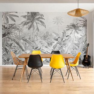 Idées déco pour une très grand salle à manger ouverte sur le salon contemporaine avec un sol en bois clair, un plafond en poutres apparentes et du papier peint.