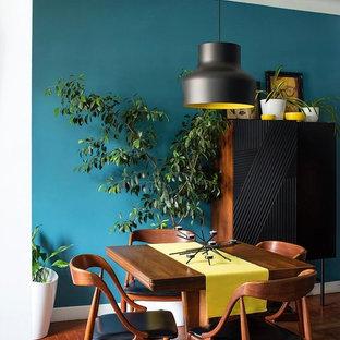 Diseño de comedor vintage, pequeño, con paredes azules y suelo de madera en tonos medios