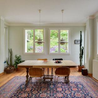 Ejemplo de comedor nórdico, de tamaño medio, cerrado, sin chimenea, con paredes verdes, suelo de madera clara y suelo marrón