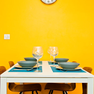 Inspiration for a mid-sized contemporary medium tone wood floor great room remodel in Lyon with yellow walls