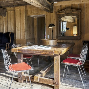 Aménagement d'une salle à manger ouverte sur le salon campagne de taille moyenne avec un mur marron, un sol en bois brun et aucune cheminée.