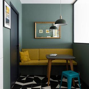 Cette image montre une petit salle à manger design avec un sol en carrelage de porcelaine, un sol multicolore et un mur vert.