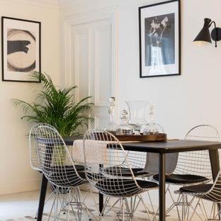 Exemple d'une salle à manger tendance de taille moyenne avec un mur blanc et un sol blanc.