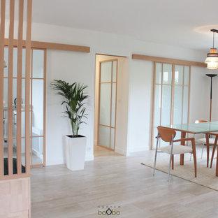 ボルドーの中くらいの北欧スタイルのおしゃれなLDK (白い壁、セラミックタイルの床、薪ストーブ、金属の暖炉まわり、ベージュの床、壁紙) の写真