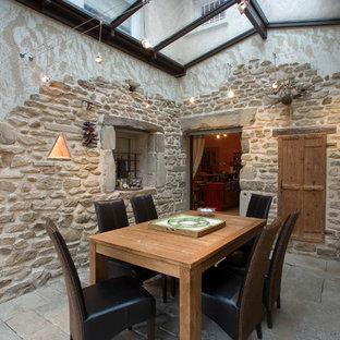 Cette photo montre une salle à manger nature fermée avec aucune cheminée.