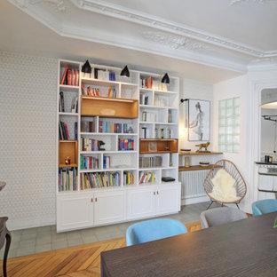 Свежая идея для дизайна: гостиная-столовая среднего размера в современном стиле с белыми стенами, паркетным полом среднего тона, стандартным камином, фасадом камина из вагонки и коричневым полом - отличное фото интерьера