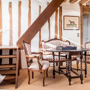 Cette photo montre une salle à manger ouverte sur le salon nature avec un mur blanc, moquette et aucune cheminée.