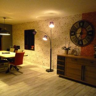 Esempio di un'ampia sala da pranzo aperta verso il soggiorno industriale con pareti grigie, pavimento in vinile, nessun camino e pavimento bianco