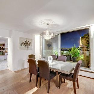 Inspiration pour une salle à manger design fermée et de taille moyenne avec un mur blanc, un sol en bois clair et aucune cheminée.