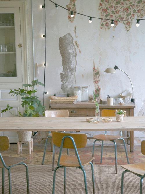 cette image montre une salle manger ouverte sur le salon style shabby chic de taille
