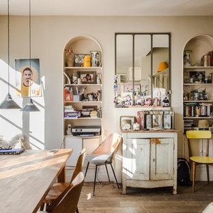 Idée de décoration pour une salle à manger bohème avec un mur beige, un sol en bois foncé et un sol marron.