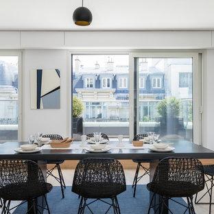 Inspiration pour une salle à manger design avec un mur blanc, un sol en bois clair, aucune cheminée et un sol beige.