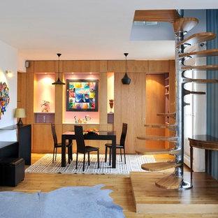 Idées déco pour une salle à manger contemporaine fermée et de taille moyenne avec un mur blanc, un sol en bois clair et aucune cheminée.