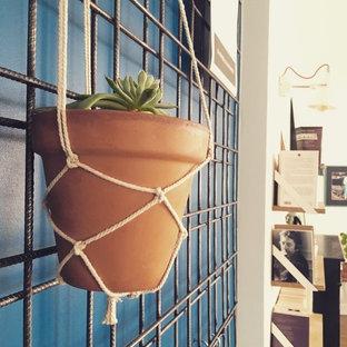 Ispirazione per una piccola sala da pranzo aperta verso il soggiorno industriale con pareti con effetto metallico e nessun camino