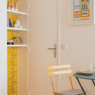 Idées déco pour une petite salle à manger scandinave avec un mur jaune et un sol en bois brun.