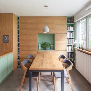 Réalisation d'une petit salle à manger ouverte sur la cuisine nordique en bois avec un mur blanc, un sol en bois peint, aucune cheminée et un sol gris.