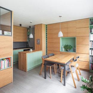 Idee per una piccola sala da pranzo aperta verso la cucina scandinava con pareti bianche, pavimento in legno verniciato, nessun camino, pavimento grigio e pareti in legno