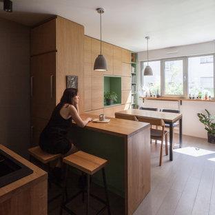 Стильный дизайн: маленькая кухня-столовая в скандинавском стиле с белыми стенами, деревянным полом, серым полом и деревянными стенами без камина - последний тренд