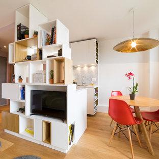Inspiration pour une petit salle à manger design avec un mur rose, aucune cheminée, un sol marron et un sol en bois brun.