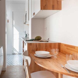 Пример оригинального дизайна: маленькая столовая в современном стиле с красными стенами и светлым паркетным полом