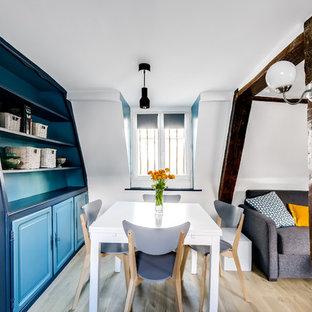 Réalisation d'une salle à manger ouverte sur le salon design de taille moyenne avec un mur bleu, un sol en vinyl et aucune cheminée.