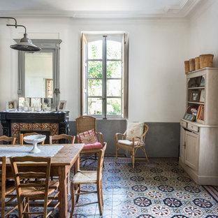 Foto på en lantlig matplats, med vita väggar, en standard öppen spis, en spiselkrans i trä och klinkergolv i keramik