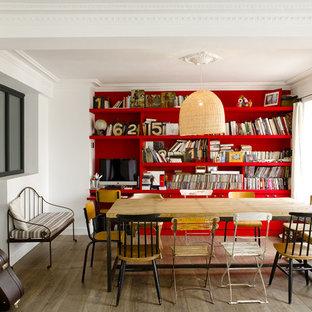 Cette image montre une salle à manger ouverte sur le salon design de taille moyenne avec un mur rouge et un sol en bois brun.