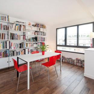 Exemple d'une salle à manger ouverte sur le salon tendance de taille moyenne avec un mur blanc, un sol en bois foncé et un sol marron.
