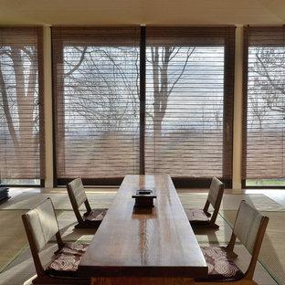 Aménagement d'une très grande salle à manger asiatique fermée avec un sol de tatami, un mur beige et un sol beige.
