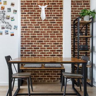 Cette image montre une petit salle à manger design avec un mur blanc, un sol en bois clair, aucune cheminée, un sol beige et un mur en parement de brique.