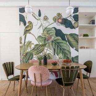 Idées déco pour une salle à manger exotique avec un mur multicolore, un sol en bois clair et aucune cheminée.
