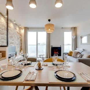 Foto de comedor de cocina escandinavo, pequeño, con paredes blancas, suelo de madera clara, chimeneas suspendidas y marco de chimenea de metal